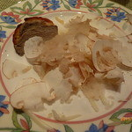 46021442 - 前菜(鹿児島産赤鶏の塩漬けの薄切りとチーズ「ペコリーノ」に、ウンブリア産白トリュフかけ)