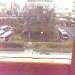 46022591 - 窓際の席からは駅前バスロータリーが見える