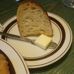 珈琲新鮮館 - セットのパン。パンのセットって量的になんか損した気分。