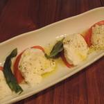 炭味坐 - 飛騨高山産モッツァレラチーズとトマトのカプレーゼ