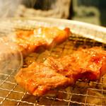 塚本 肉焼屋 - 中落ちカルビ 焼いてます(≧∇≦)