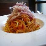 Osteria OLMO - 自家製パンチェッタとアマトリチャーナスパゲティ 赤玉葱サラダ添え
