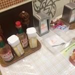 チャオニーノスパゲティーハウス - 店舗前の調味料たち