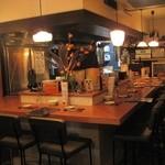 博多ダイナー 琉 - キッチンが見渡せる昭和モダンなカウンターです 全10席