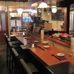 博多ダイナー 琉 - 広めのカウンターテーブルなので、ゆったりと座れます
