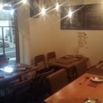 博多ダイナー 琉 - ゆっくり寛げるテーブル席もオススメです 全10席
