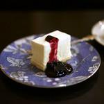 46050912 - ベリーソースたっぷりのレアチーズケーキ。