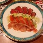 おにやまホテル - 前夜のお詫びにと出てきた料理です。「ローストビーフ、スモークサーモン、生ハム」です。
