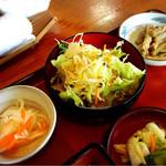 うなぎ千両 - サラダ 小鉢2種 漬物