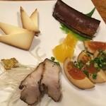 呑者家 - 燻製の盛り合わせ。鰯に煮卵、豚バラにチーズ。ウィスキーのアテにも良く合う一品です(*´-`*)