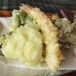 つづみぐさ - 天ぷらは海老・きす・ピーマン・舞茸・カリフラワー・ブロッコリー・サツマイモです♪