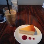 46062340 - アイスカフェオレとチーズケーキ