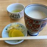 正屋 高塚店 - 冬季限定の甘酒は300円。                             口直し用のお漬物まで付いてるのが嬉しい。