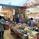 正屋 高塚店 - 土産販売コーナーの奥に食事処があります。