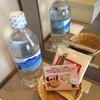 Hoterukokoguran - ドリンク写真:お水とお菓子が