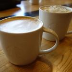 スターバックス・コーヒー - ドリンク写真:カプチーノ & ホワイト チョコラティ クランブル ココ
