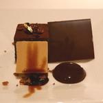 ピエール・ガニェール - ショコラフォンダン コーヒー風味のパルフェグラッセ ディスクショコラ バルサミコとカカオのソース