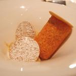 ピエール・ガニェール - カルヴァトス風味の林檎のキャラメリゼ タイヒチ産ヴァニラのムース タンドリーの香り アーモンドサブレ