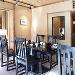 鎌倉 松原庵 欅 - 店内のテーブル席の風景です