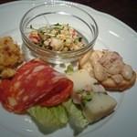 46075362 - 旨味溢れる地鶏とカリフラワーのグラタン、大麦にムール貝つぶ貝を合わせた爽やかマリネなど充実の前菜5種