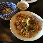 カワカフェ - サーモンとブロッコリーのオイルパスタ(パン・スープ付)