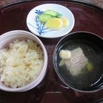 戸田本店 - どちらも蓋を取りました。鯛飯、鯛の吸い物、香の物
