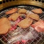 備長炭焼肉 東秀苑 - 塩タン 焼いてます