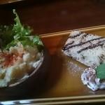 ブラウンモジョリズム - セットのデザートとサラダ