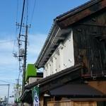 寿屋本家 - 店舗は2階建てで、そとからの白い壁(漆喰?)が特徴的