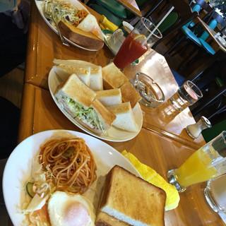 ケルン - モーニングフルコース! AセットBセットの卵サンドとハムトースト。