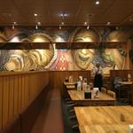 沖縄菜園ビュッフェ カラカラ - 店内は広々!!壁に沖縄のチーフのイラストが