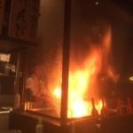 46098985 - 店内:実演で藁を使って焼いてます。【2015.12.11撮影】