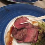 自然派 和食 ダイニング&カフェ SOLA - サラダの下には脂身の少ない牧草牛の柔らかいお肉が隠れてます