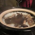 自然派 和食 ダイニング&カフェ SOLA - 御飯は大黒しめじの土鍋炊き込みご飯、3人分を豪快に土鍋で炊き上げていただきました。