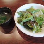 焼鳥バル つきはな - ランチのサラダと鶏ガラスープ