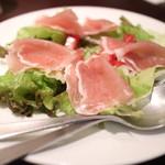 とりあえず吾平 - 生ハムと野菜のサラダ