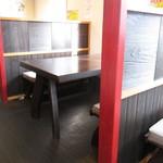 麺屋 暁 - テーブル席。