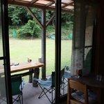 樹林 - 窓際の席とテラス席です。