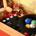 マジックレストランーネバーエンディングランド - ミニ遊び場スペース。ジャグリングの道具などが置いてある。