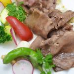 東風 - 牛タンと旬野菜の塩ダレ炒め