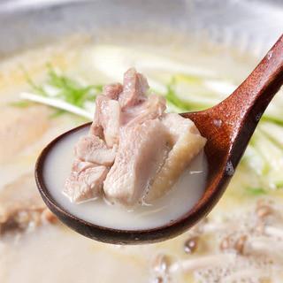 【名物料理】8時間以上かけて作ったスープを使用した濃厚水炊き