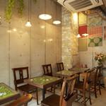 Chou de ruban - 小さな店内ですが天井が高いので開放的。
