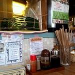 パタタ食堂 - カウンターは雑然としているようで、雰囲気のあるお店