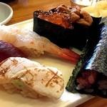 つきぢ神楽寿司 - 旬にぎり2940円。炙りは塩でそのまま頂きます(*´エ`*)                             手巻きのねぎとろも美味しいし、赤身のまぐろもこれ江戸前って感じで美味しい~~(*>▽<*)