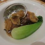 46163078 - 「のと椎茸115」とアワビのオイスターソース煮 青野菜添え