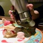 創作料理 宿 - イチゴのミルフィーユ。ピンクのエスプーマは、なんとグァバだった♪
