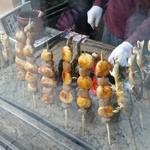 まるせんや - 鮎の塩焼きや団子などの食べ歩き用の串焼きが売られています