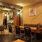 Kohga - テーブル4卓とカウンター席あり