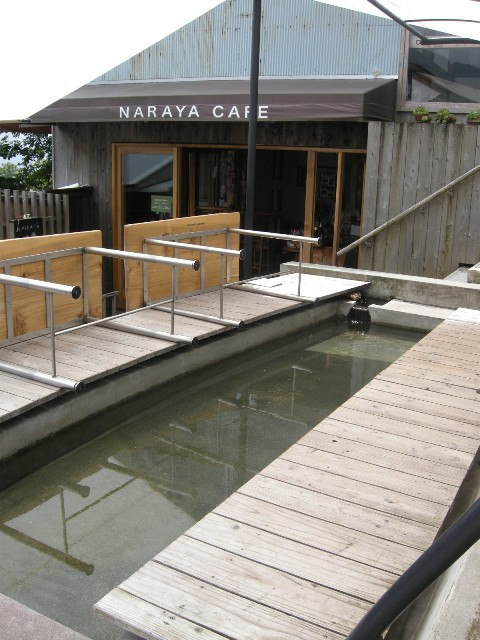 NARAYA CAFE - 開店直前の足湯。テーブルがセットされたら開店です。