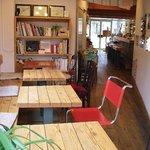 cafe TATI - 店舗奥より。奥の座席にはフランスや料理関連などの本や雑誌があります。
